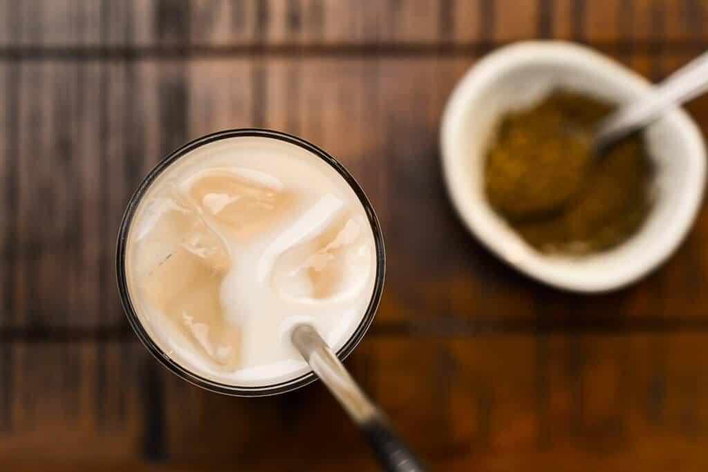 hojicha latte top view